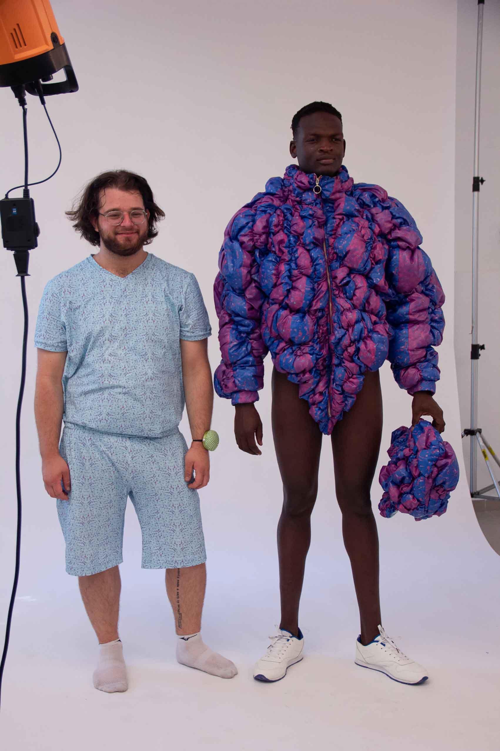 יהונתן שלמה פישר (משמאל) קולקציית גמר 2020, בצלאל, המחלקה לצורפות ואופנה. צילום: עדן זורניצר-מגזין-אופנה