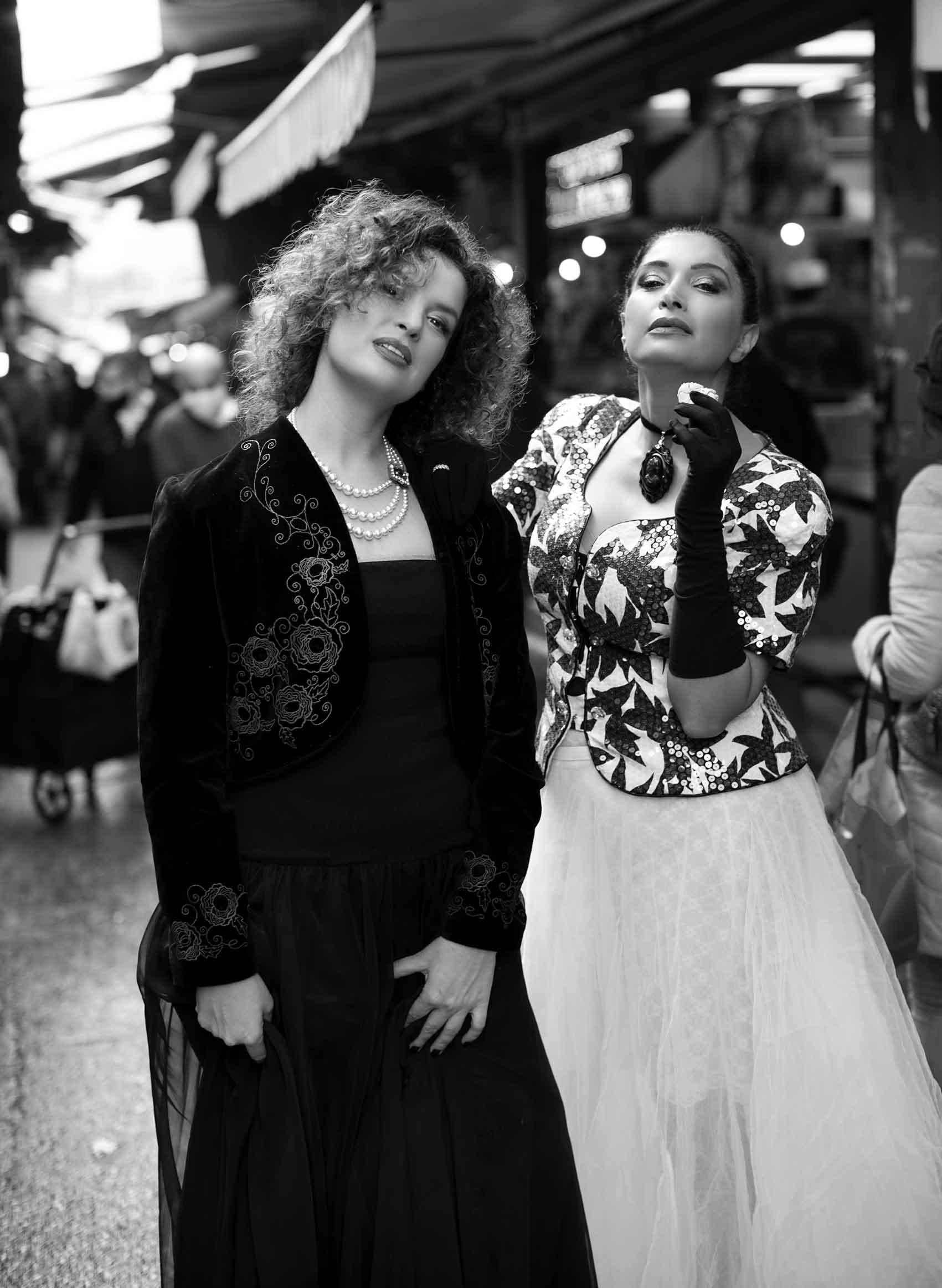 """הפקות_אופנה_צלמת : ענת קזולה - צלמת אופנה. מודליסטיות: מאיה אושרי כהן - גורו הוינטג׳. הילה """"תלתלים"""" לוי - בלוגרית האופנה והלייף סטייל. מאפר: מיכאל צבייגנבאום. סטיילינג : לוני וינטג', בטי בארץ הוינטג׳_מגזין_דיגיטלי"""
