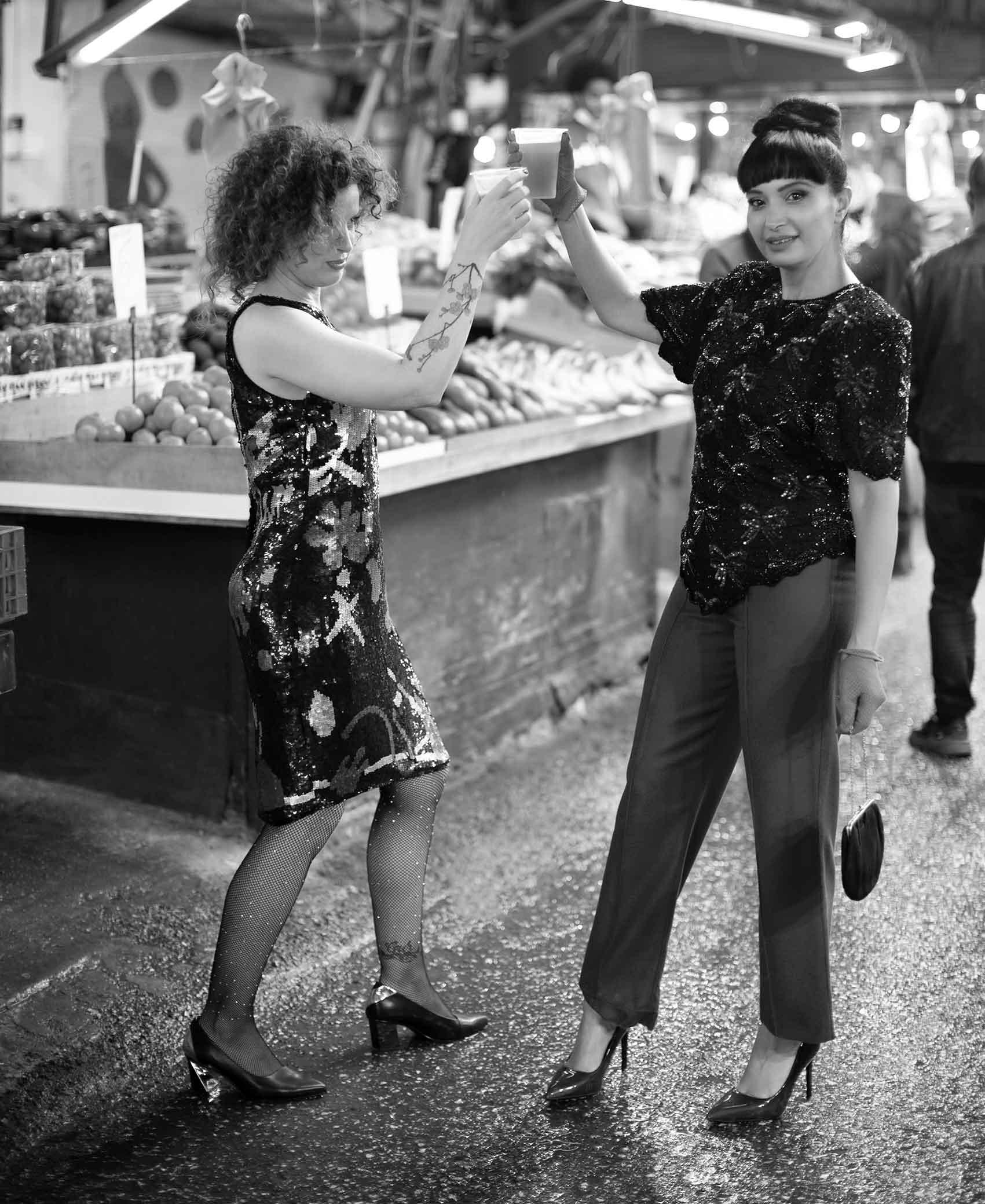 """הפקות_אופנה_צלמת : ענת קזולה - צלמת אופנה. מודליסטיות: מאיה אושרי כהן - גורו הוינטג׳. הילה """"תלתלים"""" לוי - בלוגרית האופנה והלייף סטייל. מאפר: מיכאל צבייגנבאום. סטיילינג : לוני וינטג', בטי בארץ הוינטג׳_כתבות_אופנה"""