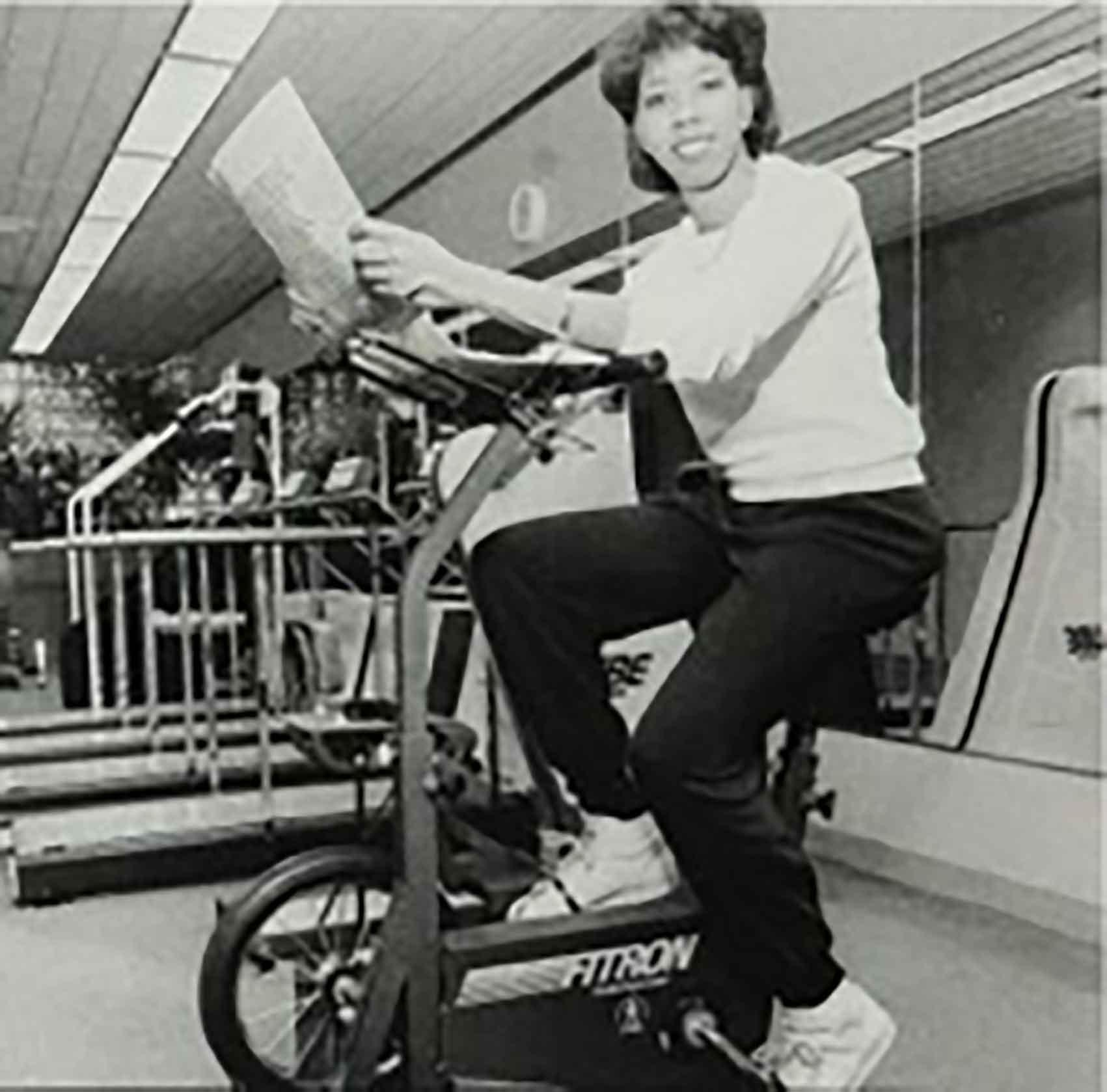 סנדרה טימבל על אופניים נייחים, אסנס, 1987-אופנה