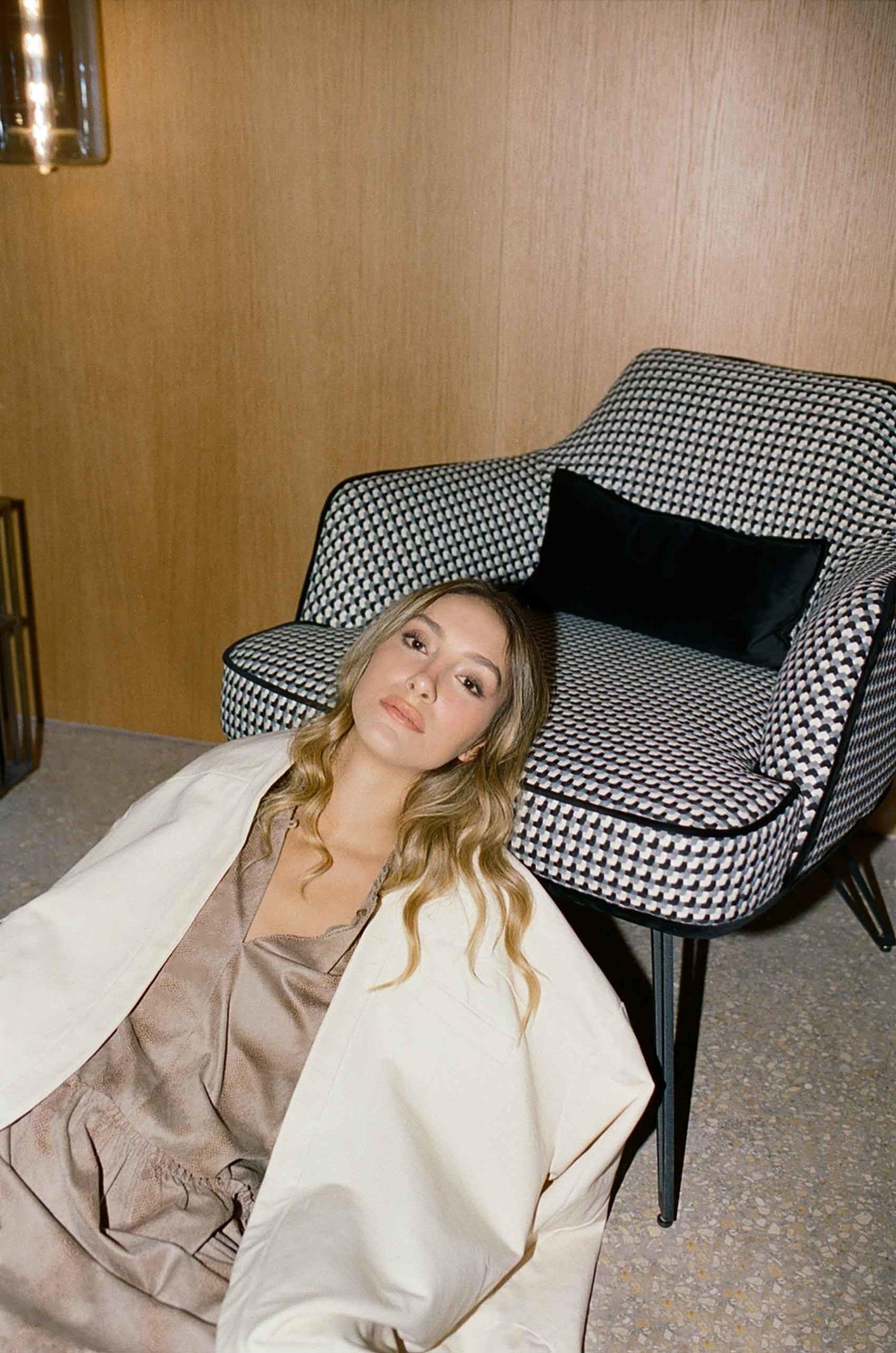 הפת אופנה-שמלה: סבינה מוסייב. ג׳קט: עינב ריינשרייבר-dream story. צלם- מושיקו טישלר, סטייליסטית- נועה שבי, איפור שיער- רעות טוריאל, דוגמנית- ליר עוז (סוכנות יולי)-טרנדים