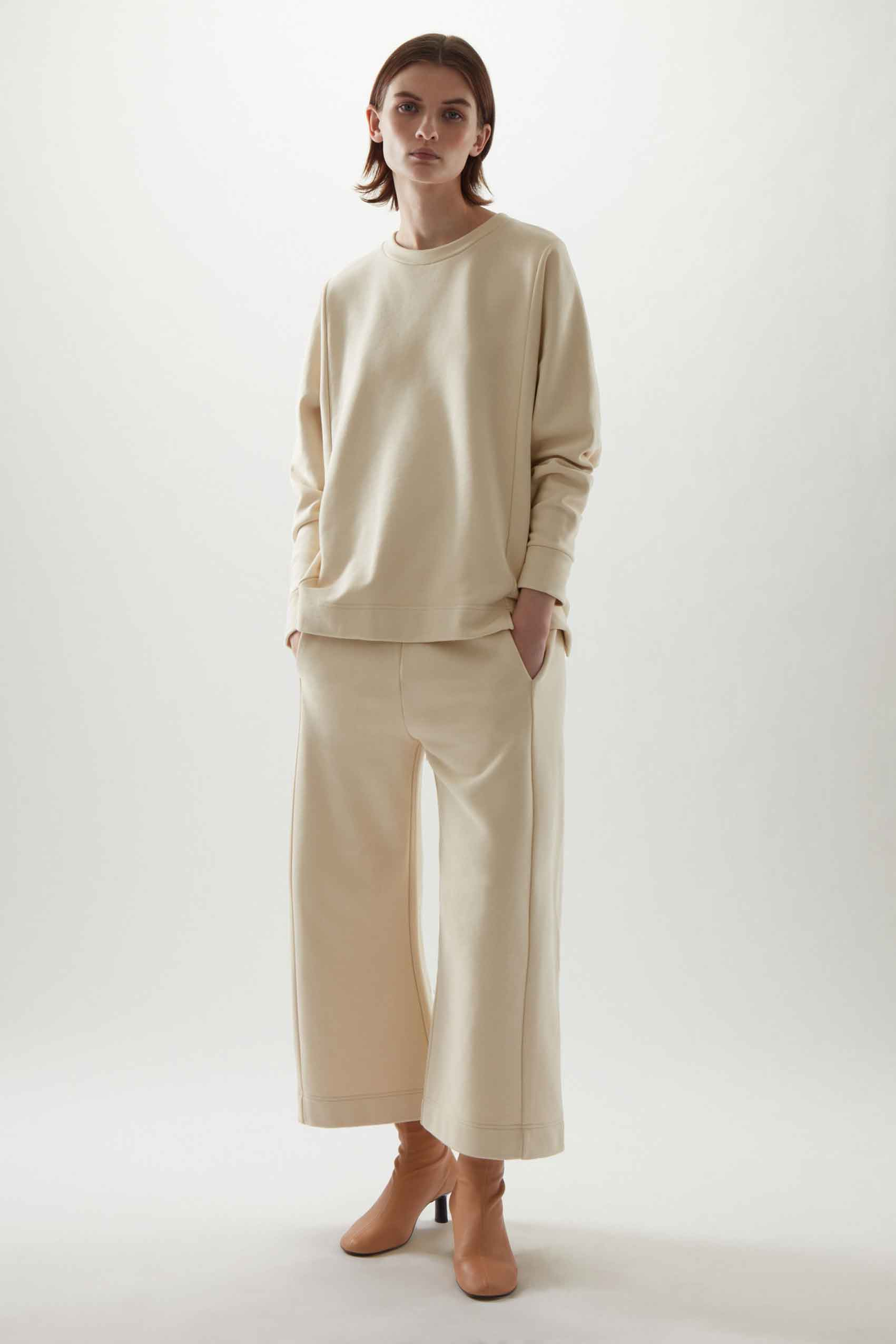 COS. חולצה: 295 שקל, מכנסיים 355 שקל. צילום: יח״צ COS