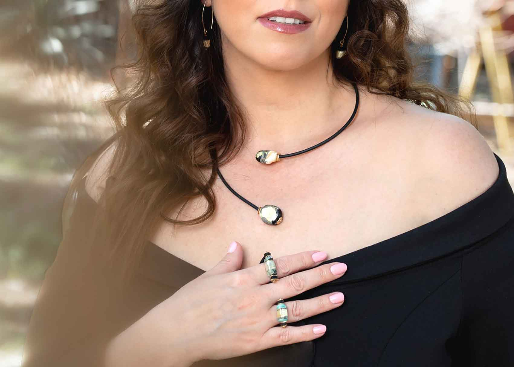 אופנה-Anat Eyal Design. טלי עונדת סט מחוטי סיליקון ואבני זכוכית בציפוי זהב 24K, צילום: שלי פדן-לורבר-אופנה
