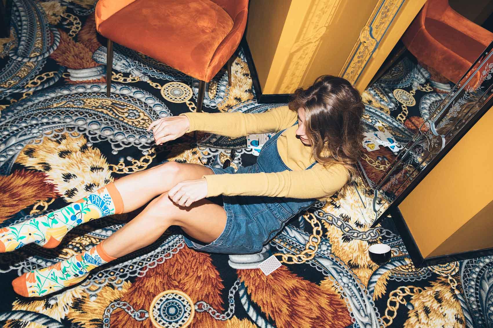 רונה-נאמן-הפקות-אופנה-גולף צהוב: ברנדה, שמלה: urban outfitters, גרביים: collectoe socks-מלונות בראון