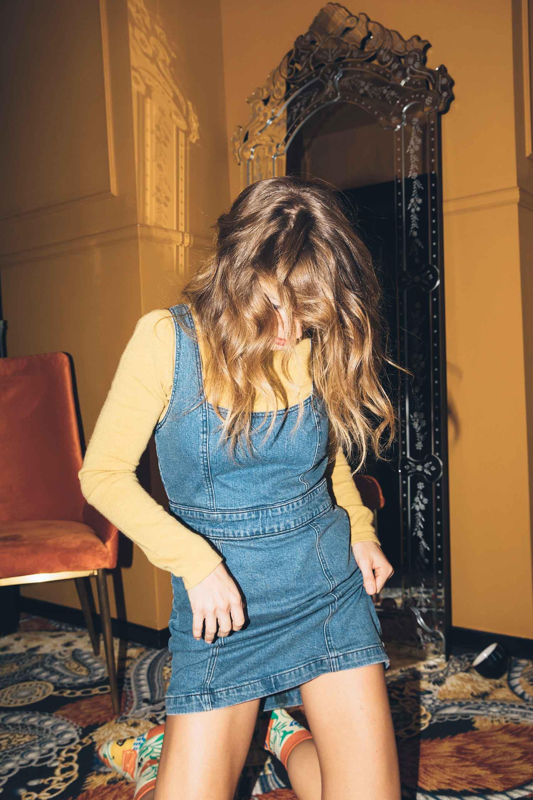 רונה-נאמן-גולף צהוב: ברנדה, שמלה: urban outfitters, גרביים: collectoe socks-tupbv-אופנה