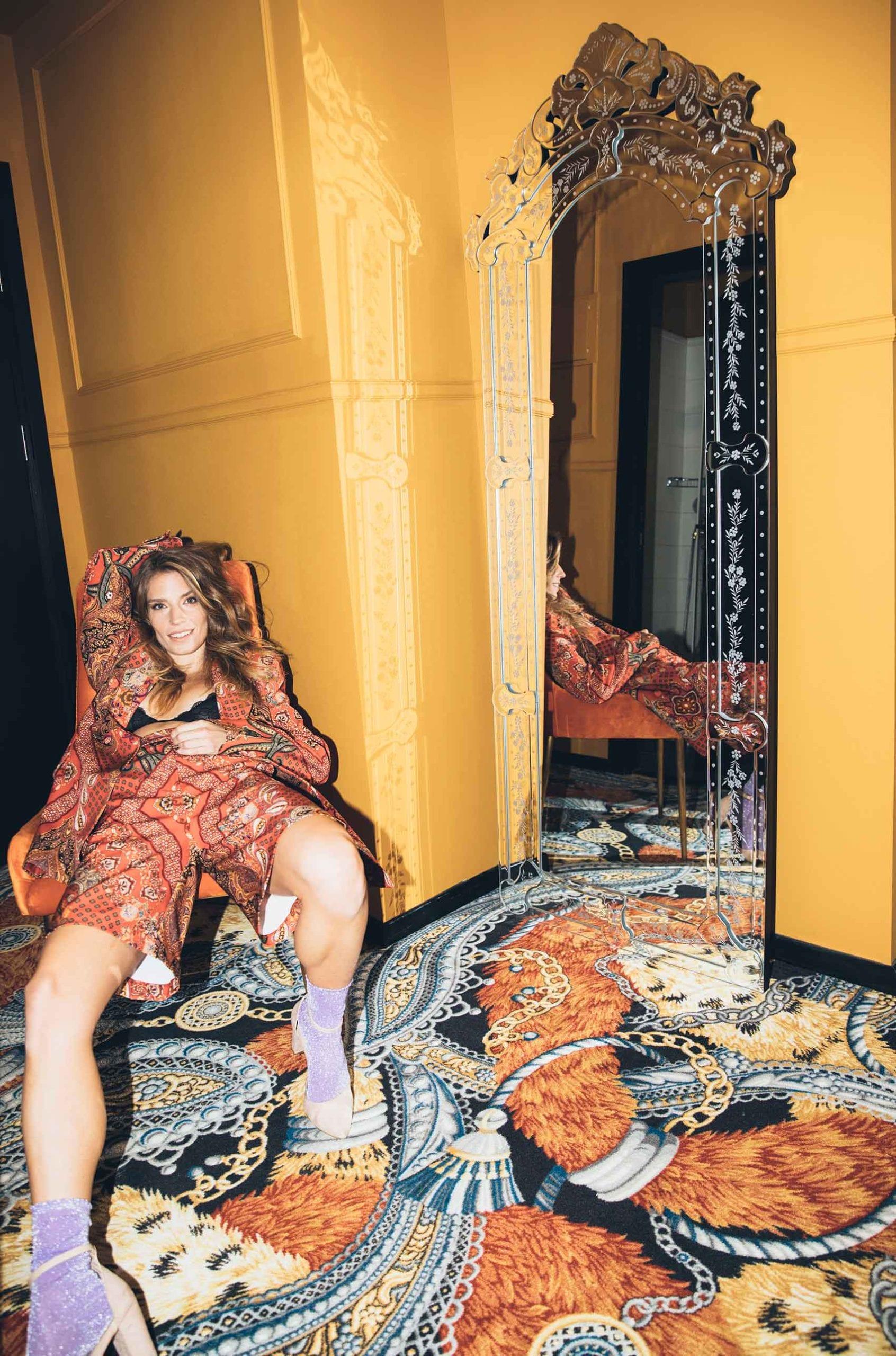רונה-נאמן-חליפה פייזל אדומה: ברנדה-אופנה-מלונות-בראון