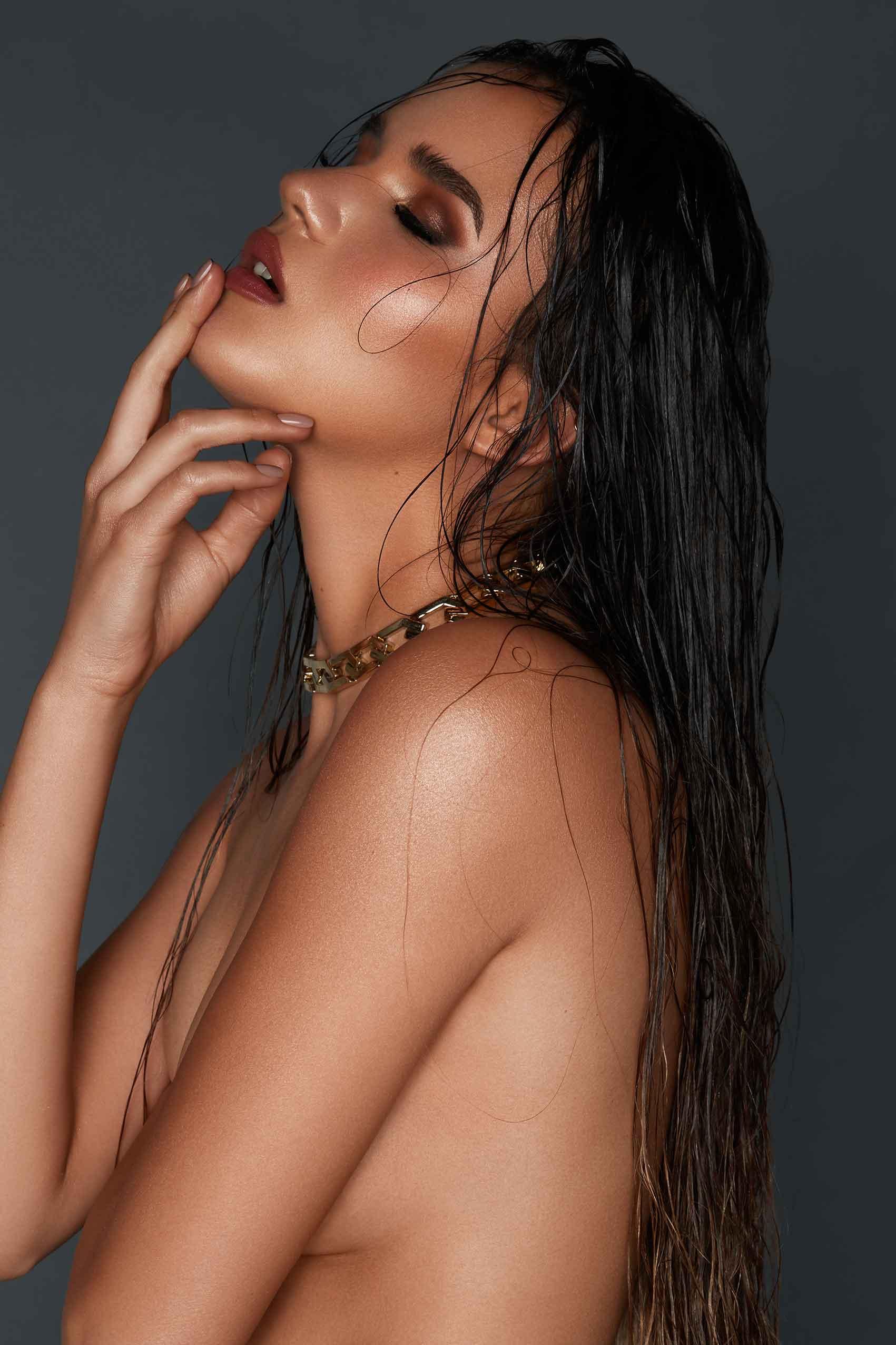 מגזין-אופנה-צילום: שי קחזם, איפור: מיכל סנה, שיער: שי דיפאני, סטיילינג: מעיין גולקו, דוגמנית נויה אליה