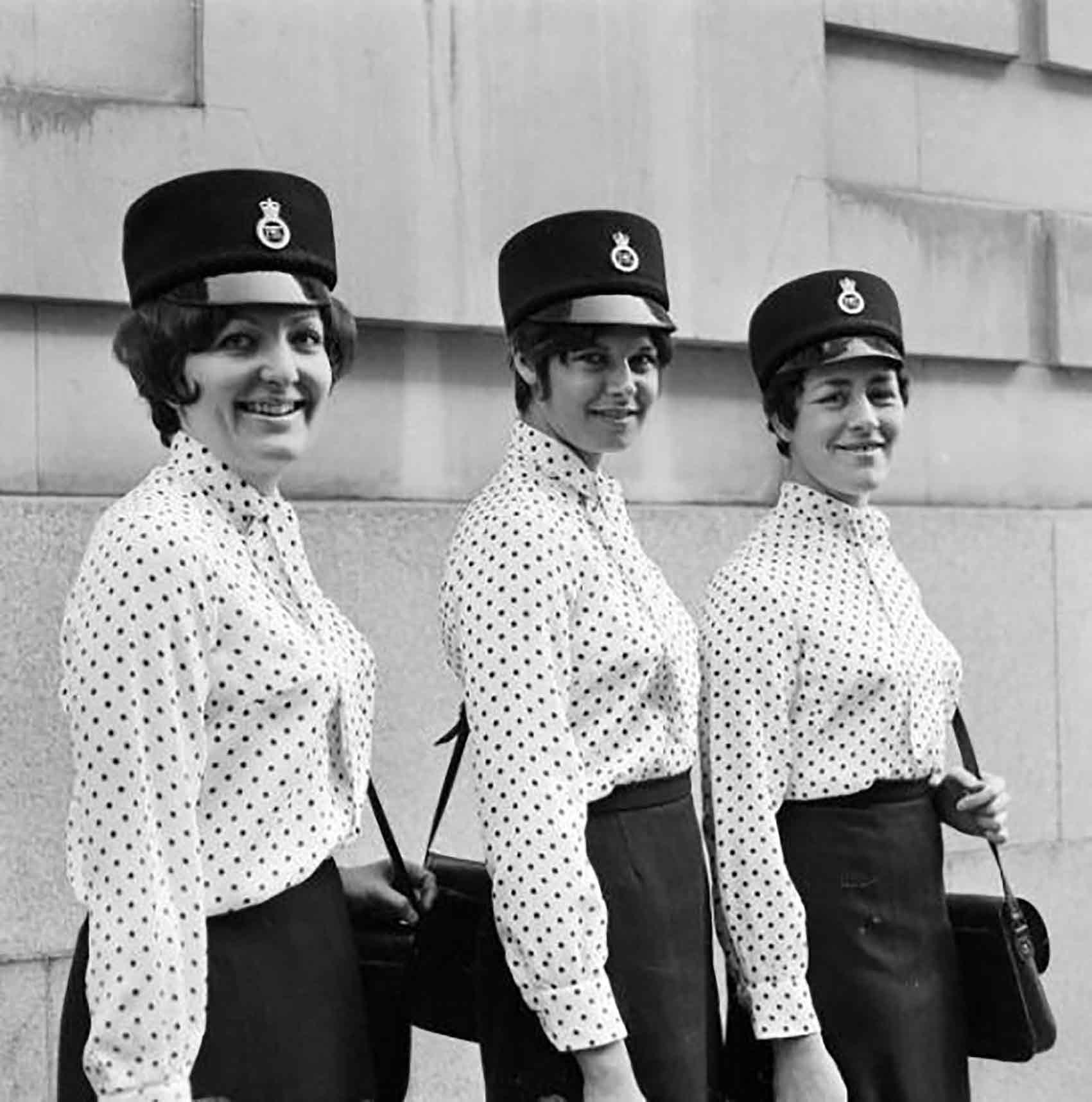 שוטרות בלונדון לובשות פולקה בשנות ה-70-אופנה