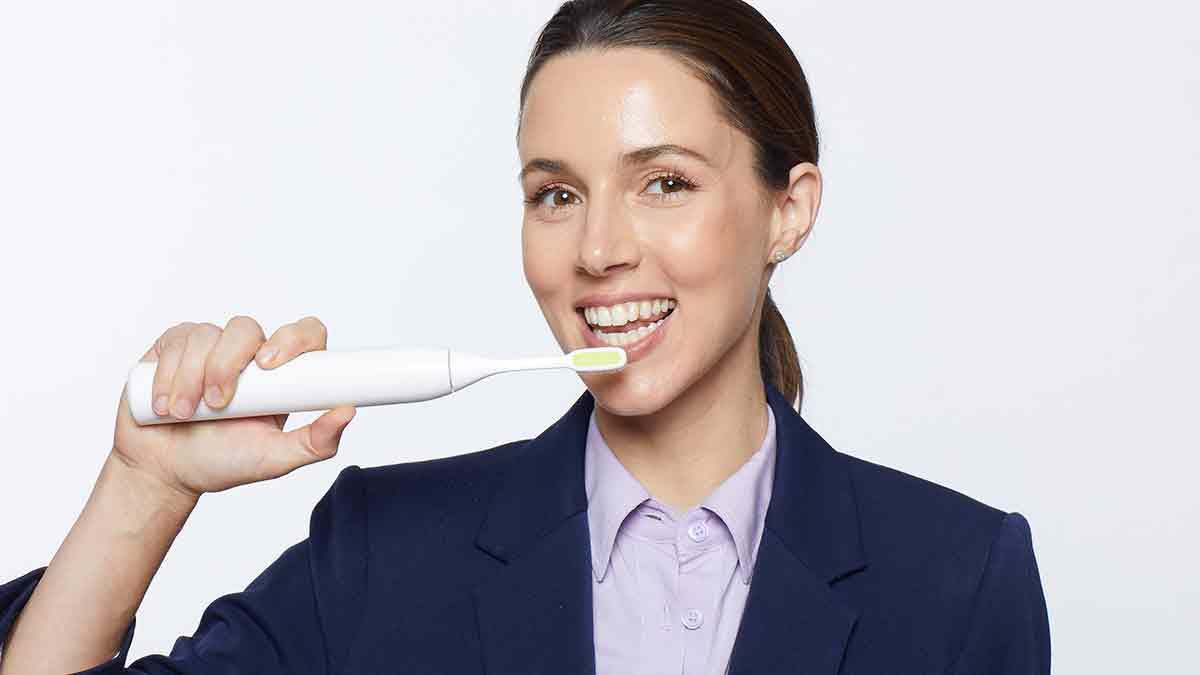 אלונה-טל-בקמפיין-למברשת-שיניים-ToothWave-אופנה