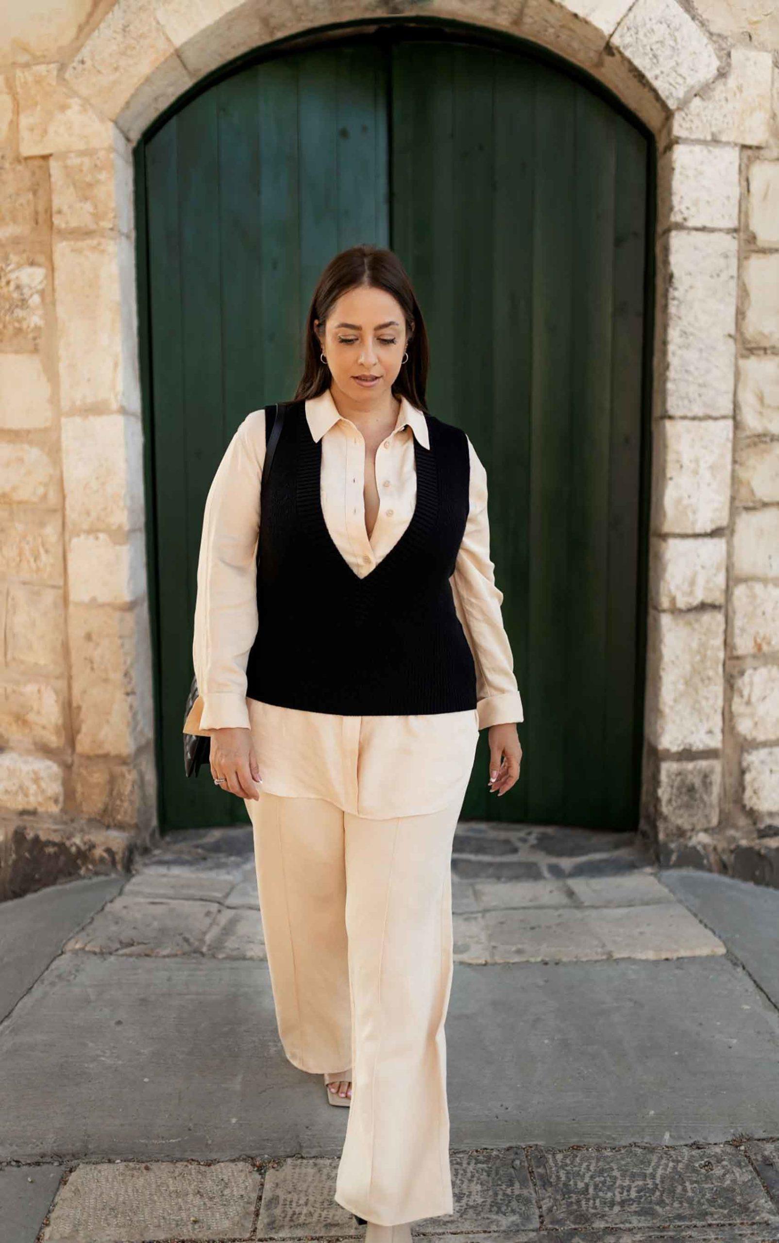 היום הראשון. טלי ארבל ל H&M ישראל, צילום: אירה גרמיצקיך אפודת סריג בגזרה קרובה לגוף מעל חליפת אוברסייז, ו- voilà! קלאס במעט מאמץ.-1