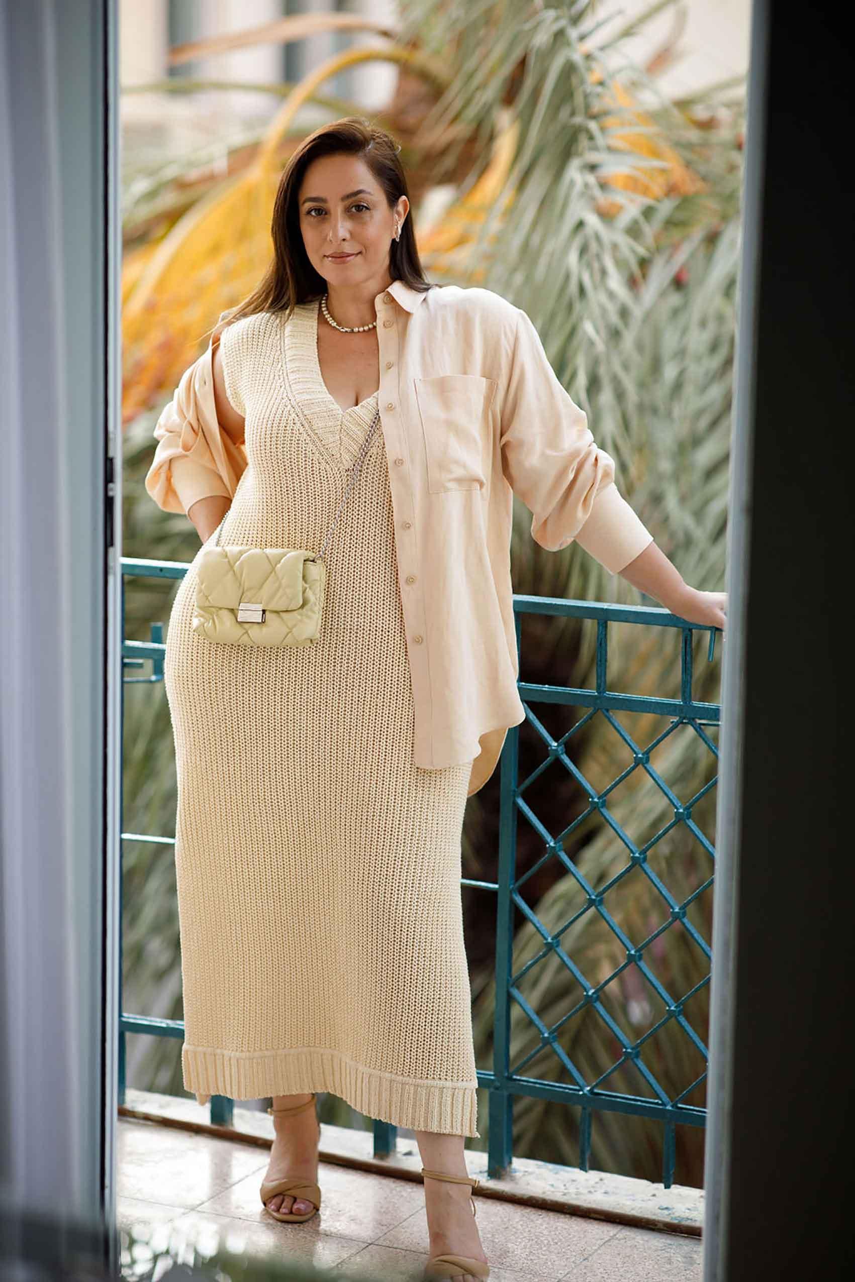 היום השלישי. טלי ארבל ל H&M ישראל, צילום: לילך זמיר טונים של ניוד על גווניו ושילוב מרקמים (עם שמלה מטריפה עשויה 91% כותנה אורגנית) למראה נשי ורך. סריג & פנינים אגב הם זיווג משמיים.- 1