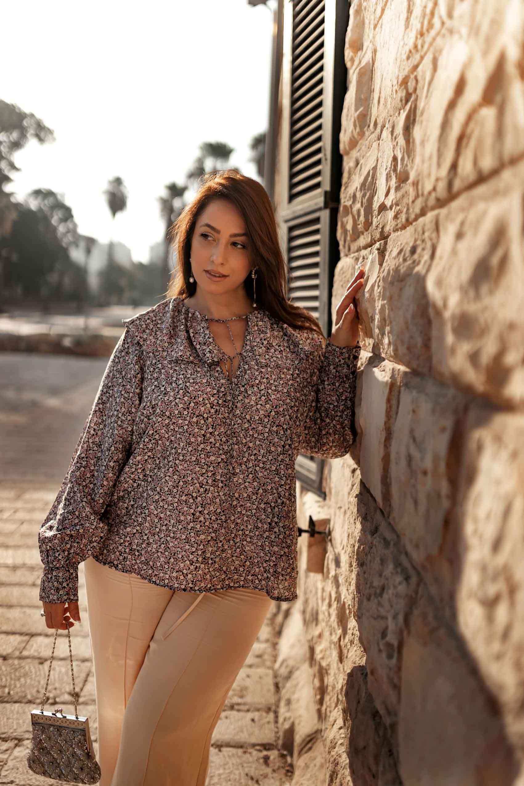 היום החמישי. טלי ארבל ל H&M ישראל, צילום: אירה גרמיצקיך חולצה פרחונית בשילוב מכנסי האריג הקרמיים ותיק וינטג' – מתכון מובטח למראה רומנטי עם אדג'.  - 1
