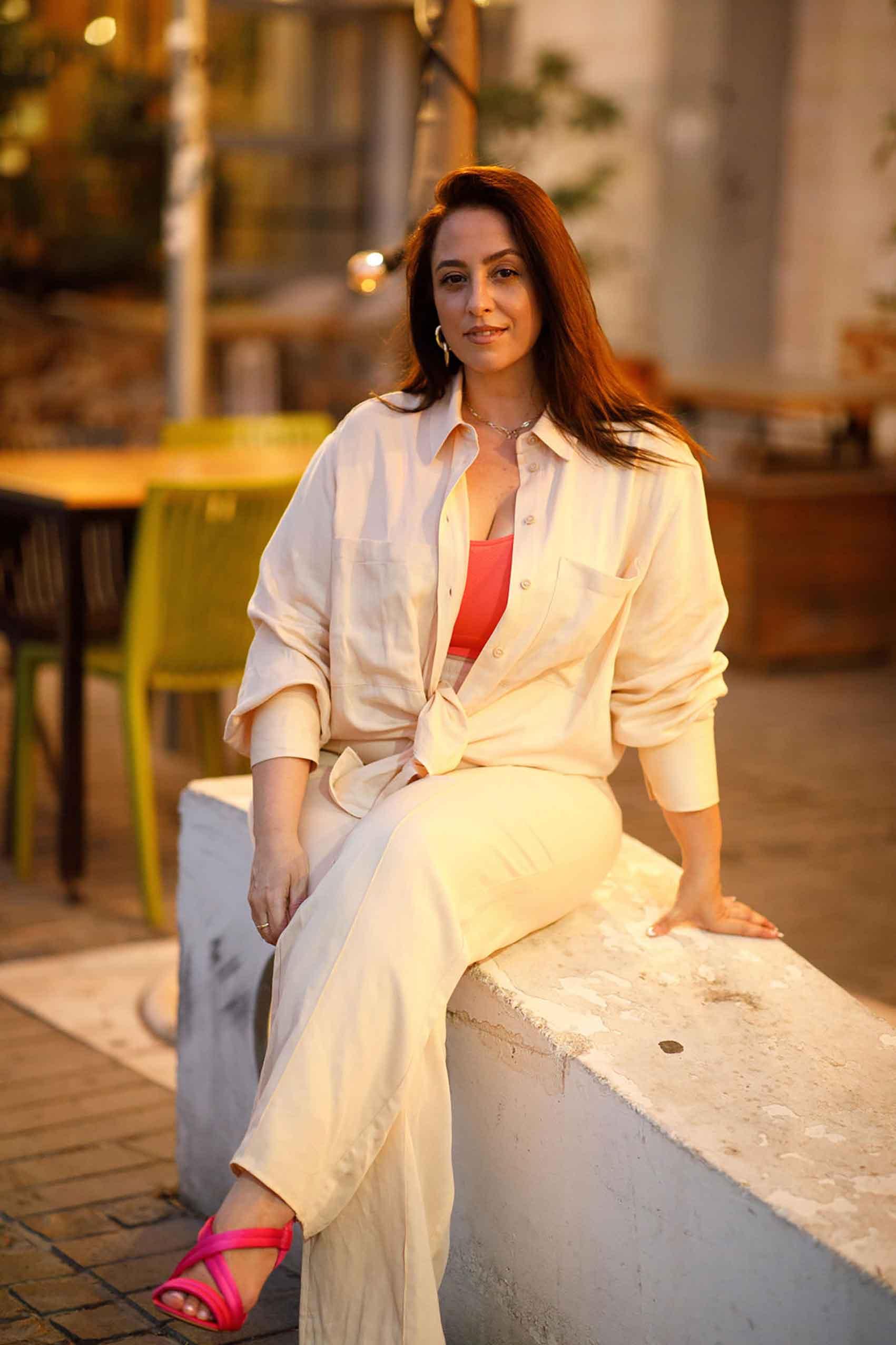 היום השישי. טלי ארבל ל H&M ישראל, צילום: לילך זמיר טאץ' לוהט לחתימת האתגר! עם צבעוניות עזה של כתום-ניאון בטופ וסאטן וורוד בנעליים. - 1